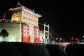 Cenas noturnas da muralha da cidade antiga de xian china — Foto Stock