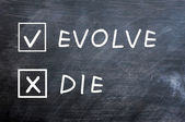 Evolucionar o morir casillas en una pizarra manchada — Foto de Stock