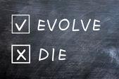 Ewoluować albo umrzeć pola wyboru na tablicy rozmazany — Zdjęcie stockowe