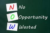 Afkorting van nu - geen gelegenheid verspild op een schoolbord — Stockfoto