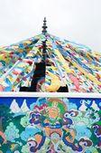 藏族的祷告旗和古墙艺术 — 图库照片