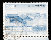 CHINA - CIRCA 2002: A Stamp printed in China shows the famous Naxi dwellings in Lijiang Yunnan, circa 2002 — Stock fotografie