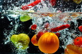 Fruit op water splash — Stockfoto