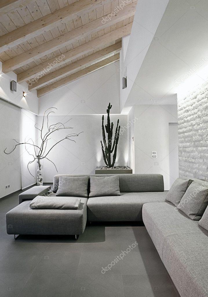 Divano moderno di grigio in camera mansarda con soffitto in legno — Foto Stock © aaphotograph ...