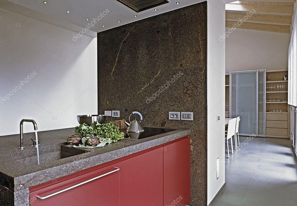 Moderne rode keuken op de zolderkamer — stockfoto © aaphotograph ...