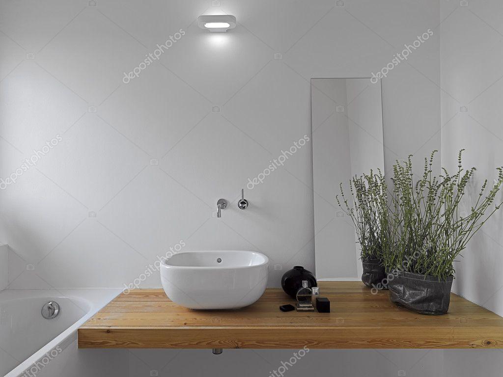 Modernt badrum med vitt keramiskt tvättställ bänkskiva ...