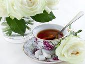 Tazza di tè e white rose — Foto Stock