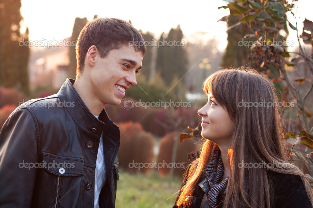 Happy smiling couple against the background of autumn park — Foto Stock #11220371