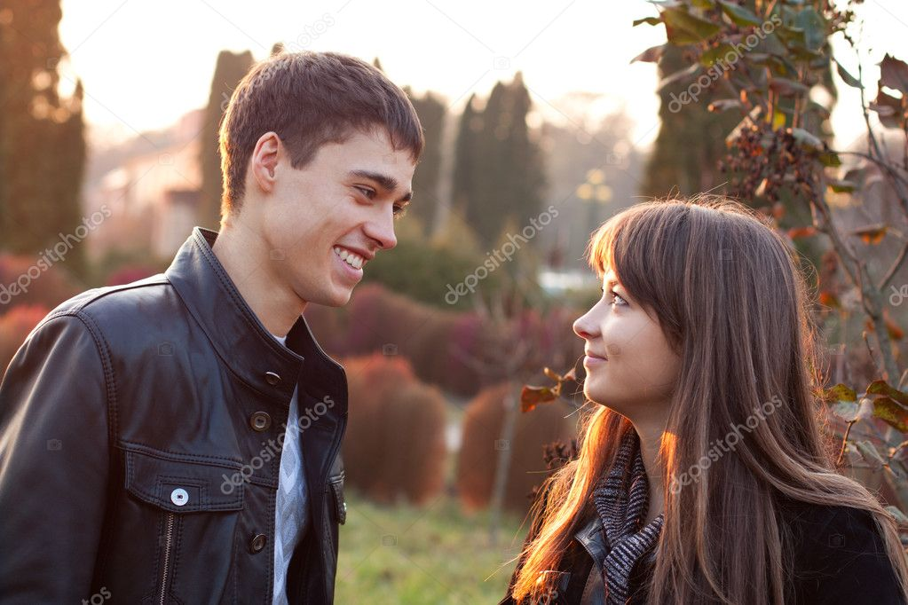 Happy smiling couple against the background of autumn park — Stok fotoğraf #11220371