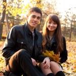 jeune couple heureux en automne parc — Photo