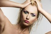 Blonde mädchen portrait schönheit sieht der linse — Stockfoto
