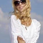 schönes Mädchen Sonnenbrillen auf Hintergrund blauer Himmel — Stockfoto