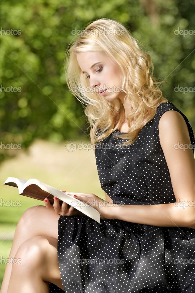 Young attracive blone woman reading book in park outdoor — Stock Photo #12026838