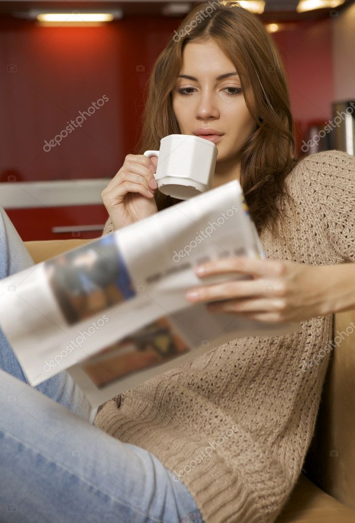 Mid adult beautiful woman drinking coffee and reading news — Stock Photo #12311340