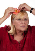 Anziana donna bionda con una rosa — Foto Stock