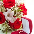 Wedding rings and wedding bouquet — ストック写真