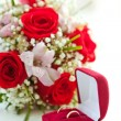 Wedding rings and wedding bouquet — Stock Photo