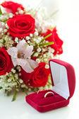 Anillos de boda y bouquet de bodas — Foto de Stock