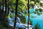 Waterfalls and azure lake in Plitvice Lakes National Park (Croat — Stock Photo
