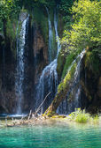 Waterfall and green lake in Plitvice Lakes National Park (Croati — Stock Photo