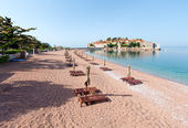 Sveti Stefan sea islet morning view with sandy beach (Montenegro — Stock Photo