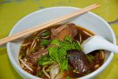Cucina asiatica, spaghetti di riso nella ciotola bianca — Foto Stock