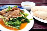 Parní vepřová kýta s omáčkou a zeleninou s bílý pšeničný bochánek — Stock fotografie