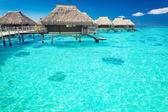 Villas de água no oceano, com etapas em lagoa — Foto Stock