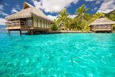 Nad vodní bungalovy s kroky do modré laguny — Stock fotografie