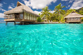 Over water bungalows met stappen in blauwe lagune — Stockfoto