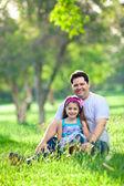 Far och dotter njuta eftermiddagen i parken — Stockfoto