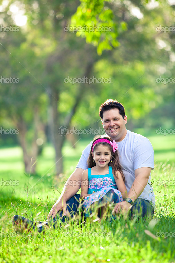 Father and daughter enjoying afternoon picnic in the park — Stockfoto #11512173