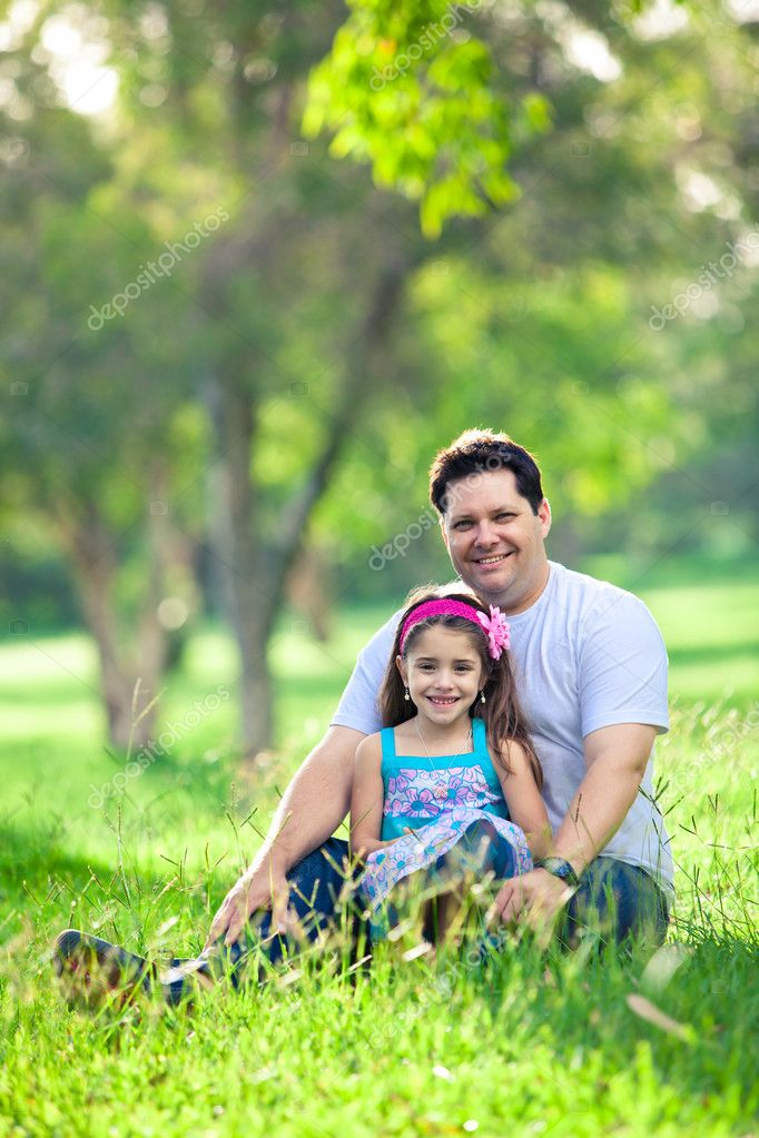 Father and daughter enjoying afternoon picnic in the park — Lizenzfreies Foto #11512173