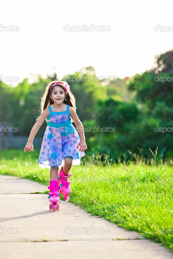 Happy young girl riding on roller blades in the park — Stock Photo #11517631