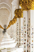 Marble columns of the great mosque in Abu Dhabi — Stock Photo