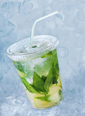 Koktajl mojito w plastikowe szklanki z lodem — Zdjęcie stockowe
