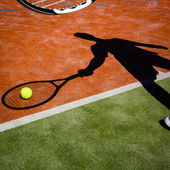 Shadow of a tennis player in action on a tennis court — Stock Photo