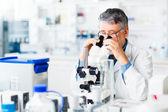Senior mannelijke onderzoeker uitvoeren van wetenschappelijk onderzoek in een lab — Stockfoto
