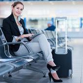 Jeune passagère à l'aéroport, à l'aide de son ordinateur tablette — Photo
