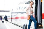 Acaba de llegar: mujer joven en un aeropuerto que tiene justo a la izquierda del aire — Foto de Stock