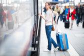 Acabou de chegar: jovem mulher em um aeroporto ter acabado de sair do ar — Foto Stock