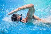 Genç adam bir havuzda ön tarama — Stok fotoğraf