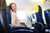Net aangekomen: jonge vrouw bij een luchthaven die net de lucht — Stockfoto