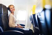 Vient d'arriver: jeune femme dans un aéroport juste après avoir quitté l'air — Photo