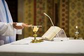 Priest during a wedding ceremony/nuptial mass — Foto de Stock