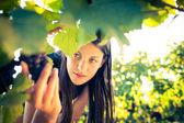 Uvas en un viñedo se verificó un viticultor femenino — Foto de Stock