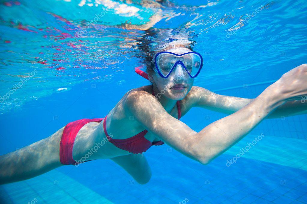 golie-plavayut-pod-vodoy