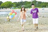 Casal asiático feliz na praia — Foto Stock