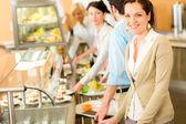 Obchodní žena se usmívající se polední bufet — Stock fotografie