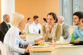 Empresa joven cafetería almuerzo come ensalada — Foto de Stock